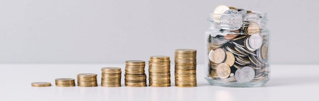 montones de monedas de menos a más